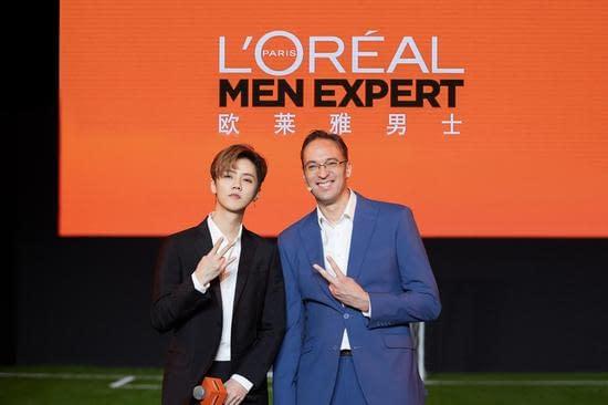 鹿晗與歐萊雅中國副總裁、大眾化妝品部總經理杜涵泰先生