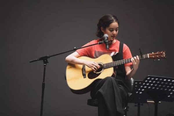 歐陽娜娜彈吉他